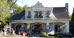 https://uniquedecorz.com/awesome-design-outside-halloween-decorations-ideas/gorgeous-halloween-decorating-ideas-for-outside-home-with-exterior-spooky-home-decorating-and-halloween-ghost-decorations-also-white-brown-house-spider-scary-along-black-spiders-with-landscaping-decor/